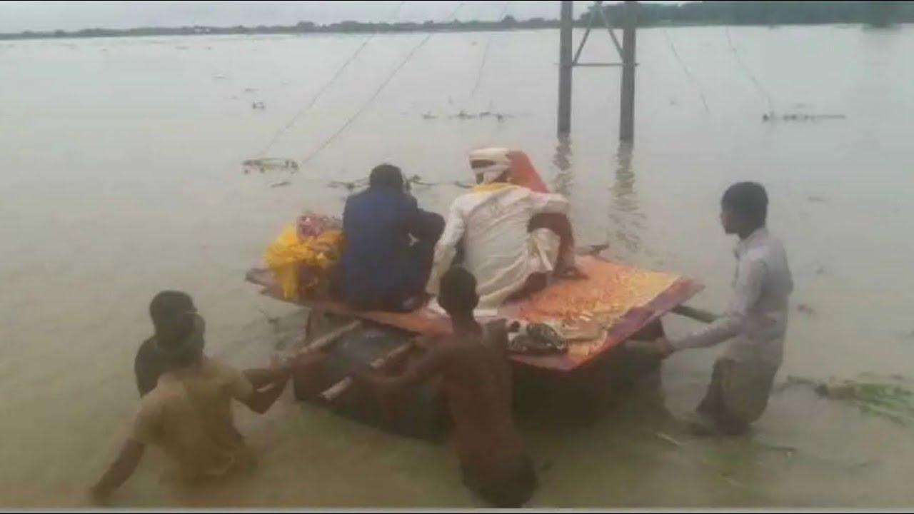 बाढ़ से ऐसे हुए हाला कि ड्रम की नाव पर विदा हुई बेटी