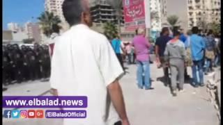 بالفيديو والصور..أهالي يحاولون منع حملة لإزالة عقاراتهم بـ'المنتزه'