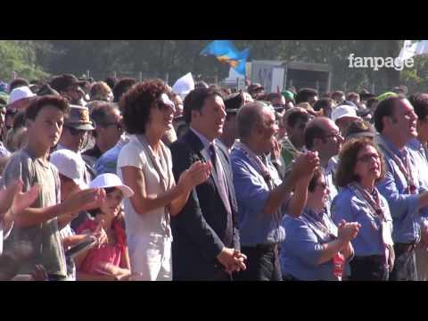 Renzi a Messa al raduno scout (e canta felice)