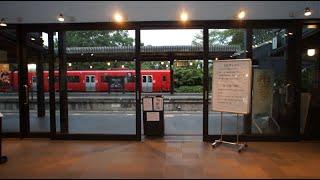 ショールームのような久大本線由布院駅の改札口の風景
