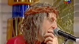 Inri cristo leva soco na cara e sua coroa de espinho voa longe