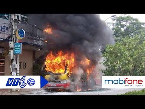 Xe buýt cháy dữ dội, 20 người thoát nạn | VTC