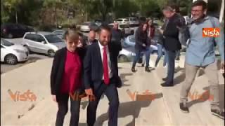 Sicilia, Cancelleri va a votare insieme alla fidanzata Elena Catanzaro