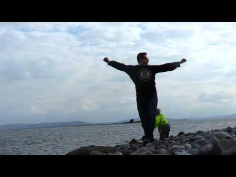 Galway, Renmore beach - Rzucamy kamienie do oceanu