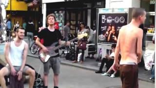Смотреть клип Круто спел! Уличные музыканты РІ РќСЊСЋ Йорке. онлайн