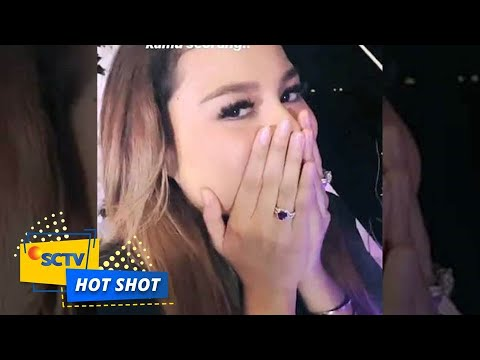 Download Atta Halilintar Berikan Cincin ke Aurel Hermansyah - Hot Shot