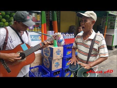 Pengamen Dua Kakek Hebat Ini di sawer Rp. 200.000 !!! Main Gitar dan Kendang nya Hebat banget