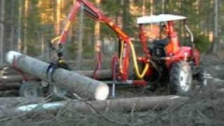 Forstanhänger und Ladekran im Einsatz.wmv