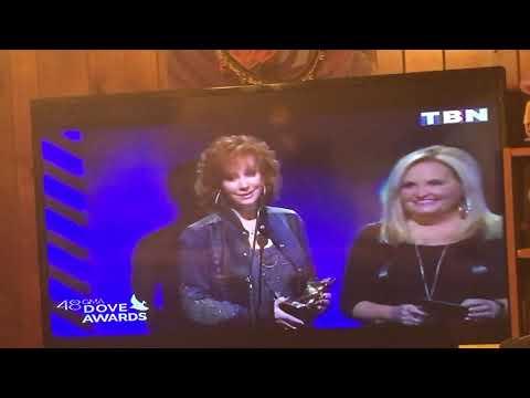 Reba Mcentire wins dove award