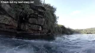 בן אדם קופץ מצוק ופוגש כריש אמיתי\מזויף