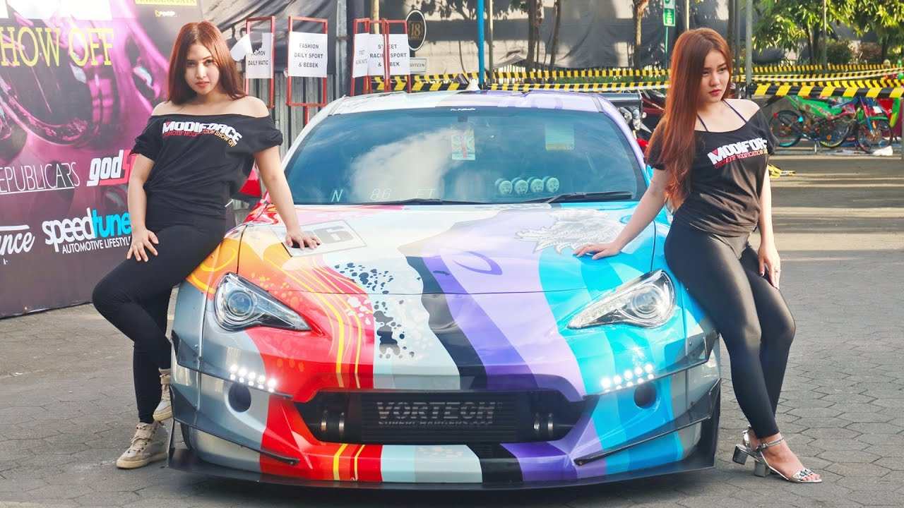 Model Gadis Cantik di Kontes Mobil Modifikasi – AUTOGAYA