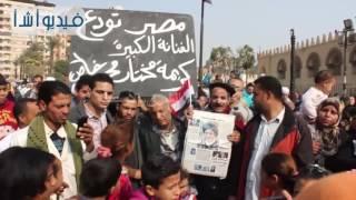 بالفيديو: زحام شديد أمام مسجد عمرو بن العاص فى انتظار خروج جثمان كريمة مختار