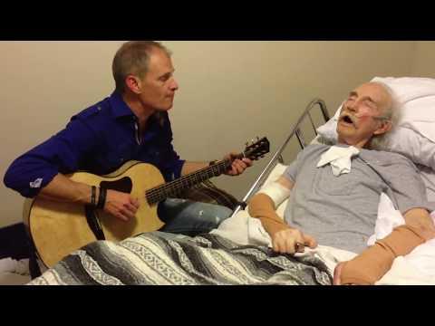 SEDIH!! seOrang anak menyanyi di depan AYAHnya yg berbaring di rumah sakit