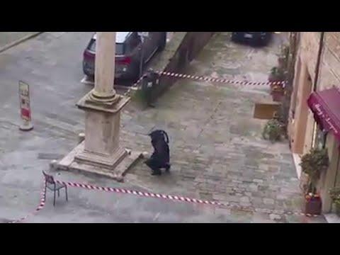 Montepulciano, trovate due bombe a mano: artificiere in azione davanti alla caserma