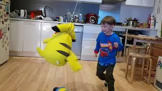 Покемон Пикачу в полете - летает за Аланом по кухне