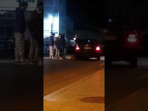 Una joven tira el colchón al Támega delante de la Guardia Civil