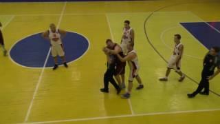 Как нельзя играть в баскетбол...