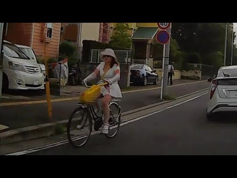 ミニスカ逆走自転車
