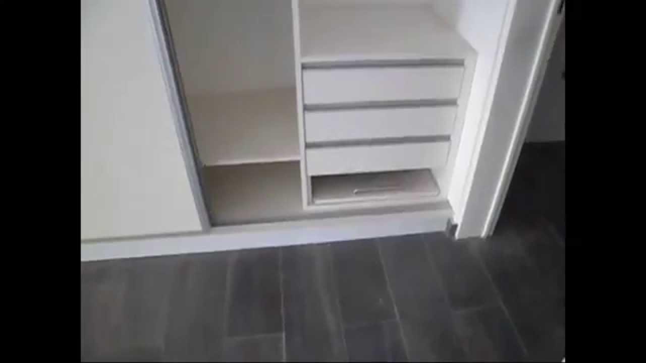 Placares en melamina blanca con puertas corredizas for Roperos para dormitorios en melamina