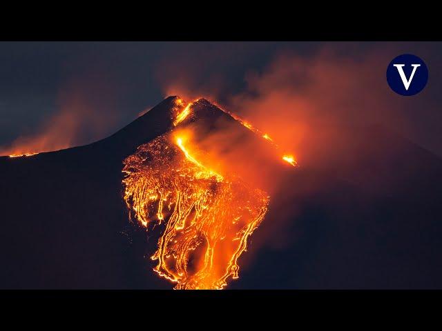 El Etna vuelve a entrar en erupción con columnas de lava y humo de hasta mil metros de altura