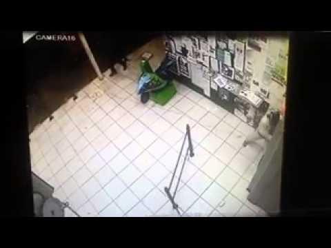 South Africa, Bloemfontein: Lastest method of robbing shops.