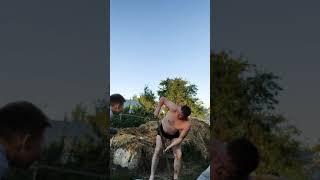 Мужик учит копать червей