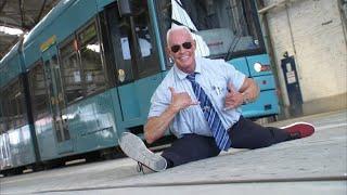 """Der """"Bahnbabo"""" in Frankfurt: Die schillerndste Person im Nahverkehr"""