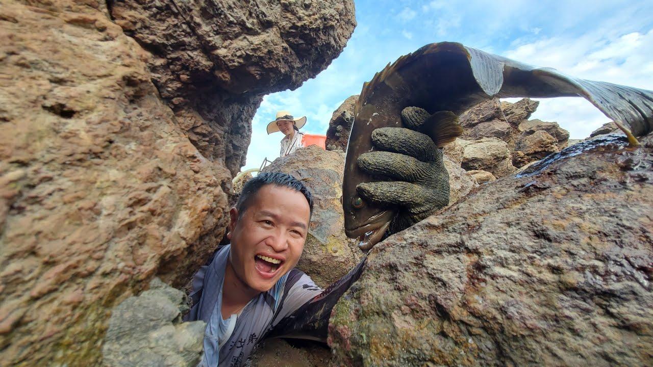 明凭经验找到巨石林立的藏鱼宝坑,这抓鱼水平大伙看了不得不服