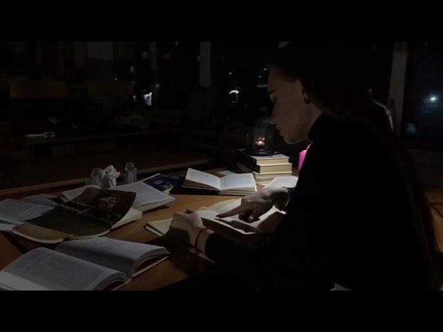 Изображение предпросмотра прочтения – «Валерия и Полина» читают произведение «Я стол накрыл на шестерых» М.И.Цветаевой