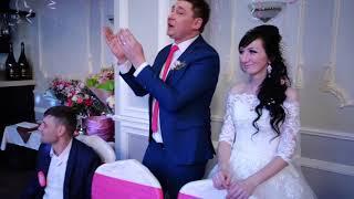 Сестра жениха поет на свадьбе брата