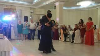 Антон и Мама на свадьбе танец
