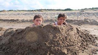 Masal Kum Kalesi Yaptı İçine Saklandı - Elif Öykü and Masal play Hide and Seek Kids made Sand Castle