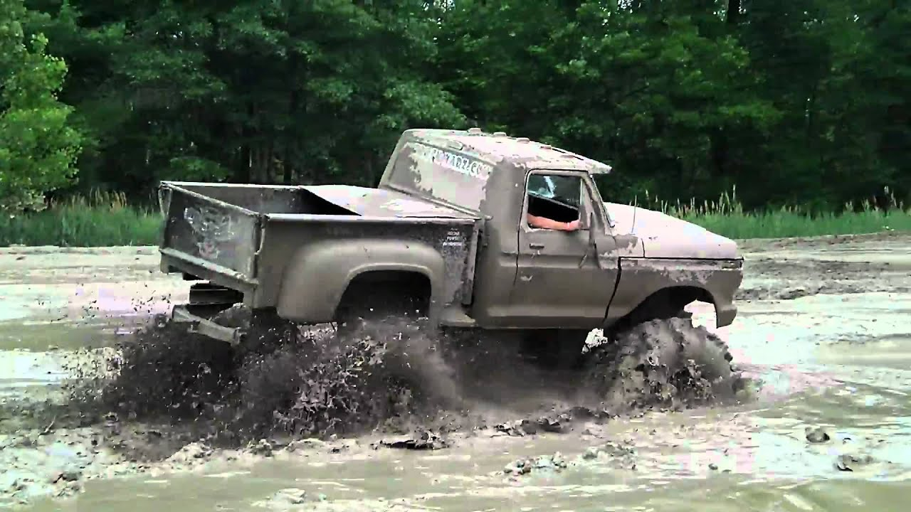 BIG BLACK FORD TRUCK 4x4 MUDDING