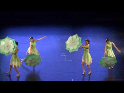 танец с зонтиками.