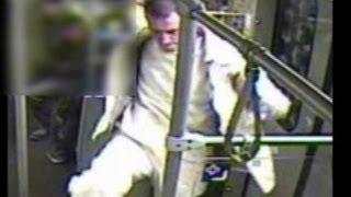 Überwachungsvideo: Polizei sucht U-Bahn-Treter