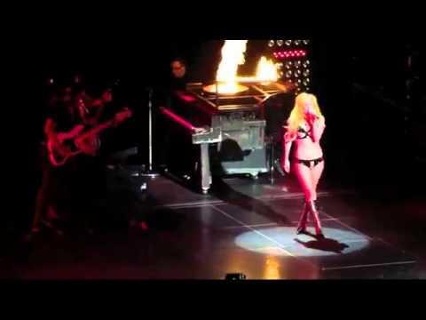 Lady Gaga ngã nhào trên sân khấu (BeeOne.Vn)