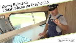 Konny Reimann erklärt die Küche im Greyhound