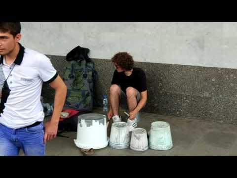 Два парня играют на вёдрах и трубах крутой транс в Москве