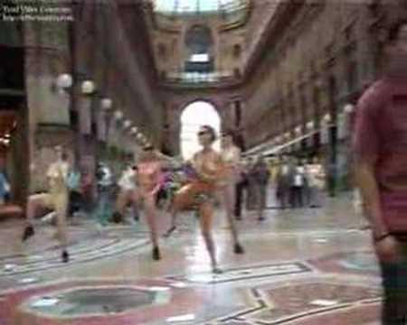 tre ragazze in costume fanno un balletto in centro a Milano