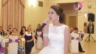 Невеста поет красивую песню.