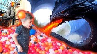 Dragão na piscina de bolinhas gigante