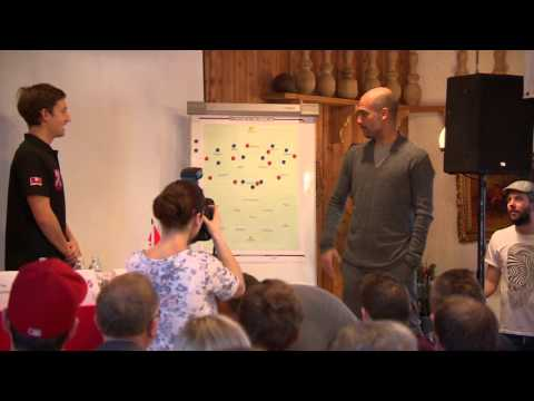 Pep Guardiola an der Taktiktafel (HD)
