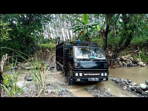 Mobil Truk Pasir Muatan Penuh Melewati Sungai Jalan Rusak