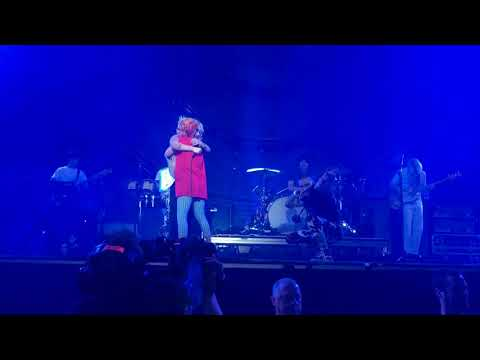 Paramore - Misery Business (Live at Genting Arena Birmingham)