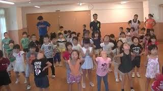 保育園の子どもたちのラジオ体操