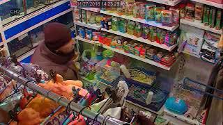 Продавец разговаривает с посетителем, пока у нее воруют кошелек