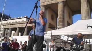 C-Rebell-um & Paragraph 117 auf der Montagsmahnwache am Brandenburger Tor in Berlin am 09.06.14
