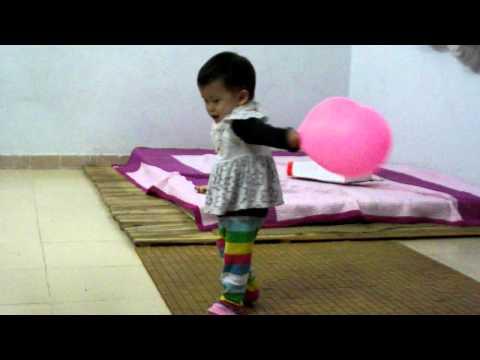Bé Ngọc Kiên tập múa Cá Vàng Bơi (21 tháng tuổi).AVI