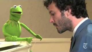 "Bret McKenzie and Kermit the Frog sing ""Life"
