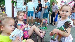 Дети играют на улице Алина и Мими Лисса потеряли кольцо Kids Play outdoor playground